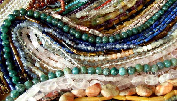Steinketten in verschiedenen Farben